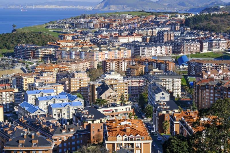 Vista aérea del área residencial en Castro Urdiales, España imágenes de archivo libres de regalías