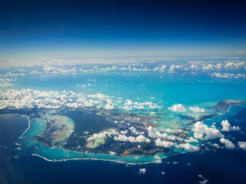 Vista aérea del agua poco profunda brillante de la turquesa alrededor de las islas caribeñas fotografía de archivo