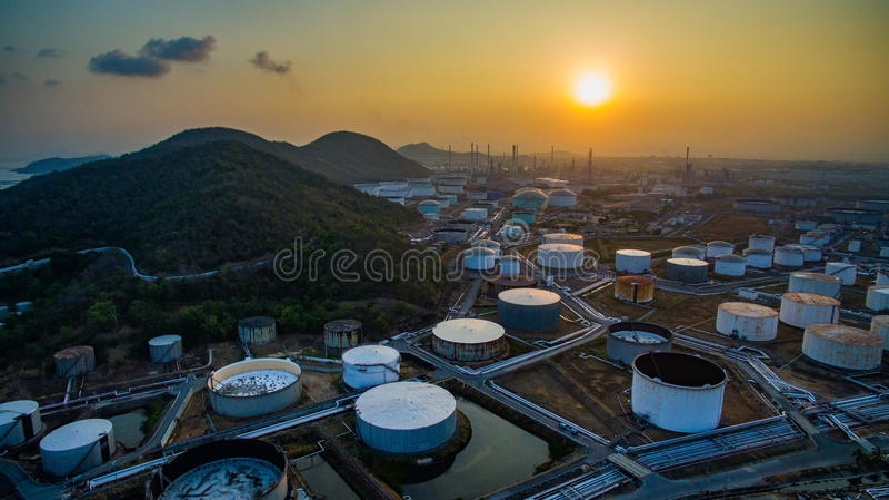 Vista aérea del almacenamiento del tanque de aceite en planta pesada del estado de las industrias petroquímicas fotografía de archivo
