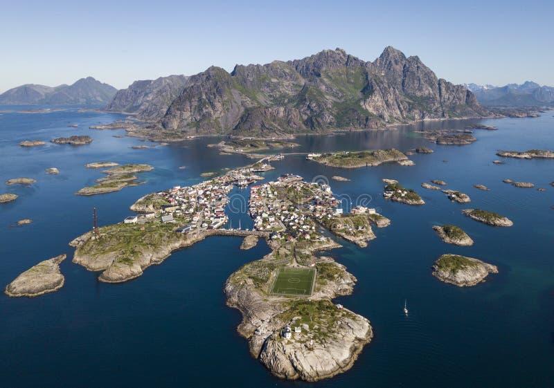Vista aérea del archipiélago de Henningsvaer y del estadio de fútbol famoso en las islas de Lofoten fotografía de archivo libre de regalías