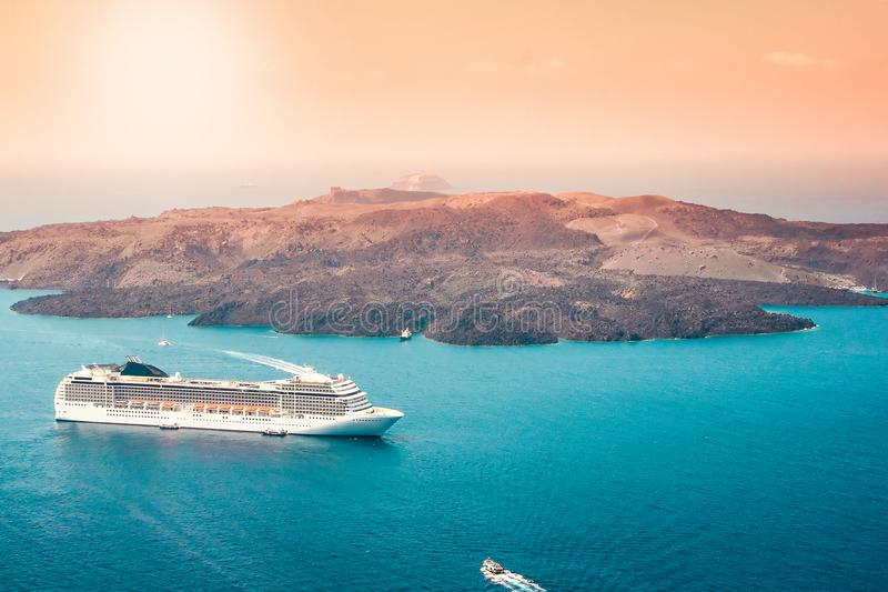 Vista aérea del barco de cruceros turístico de lujo moderno en la bahía de Santorini, Grecia foto de archivo