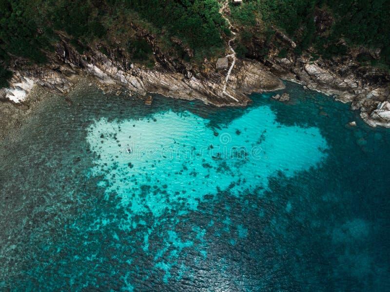 Vista aérea del barco de navegación al lado del filón en laguna azul Opinión de ojo de pájaro fotografía de archivo