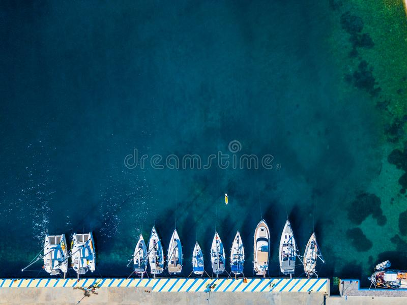 Vista aérea del barco flotante en el agua transparente de la turquesa en el día soleado Paisaje marino del verano del aire Visión foto de archivo libre de regalías