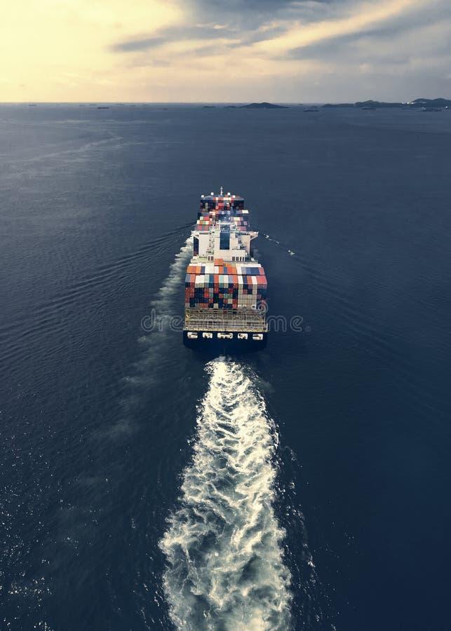Vista aérea del buque de carga, contenedor para mercancías en el puerto a del almacén fotografía de archivo