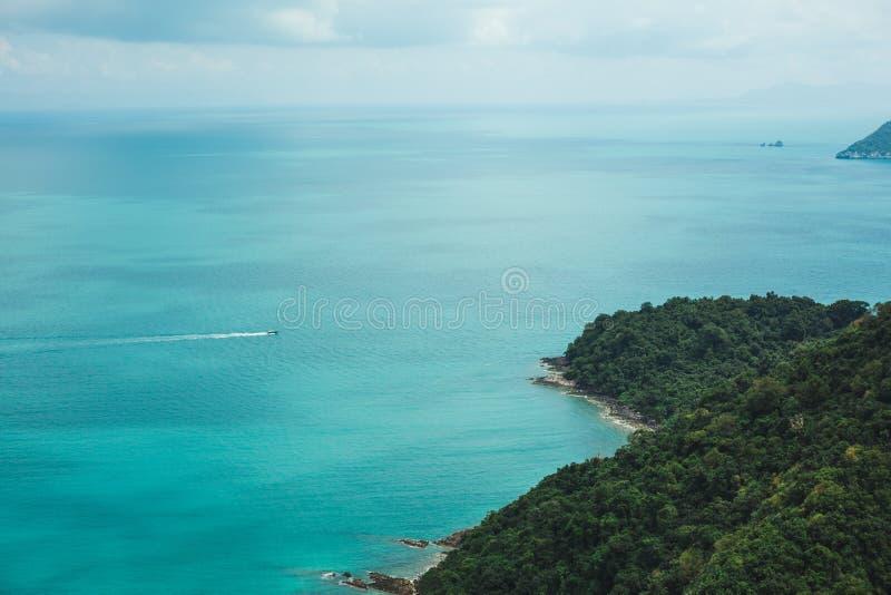 vista aérea del buque y de las islas en el océano en Ang Thong National Park, Ko Samui, Tailandia fotos de archivo libres de regalías