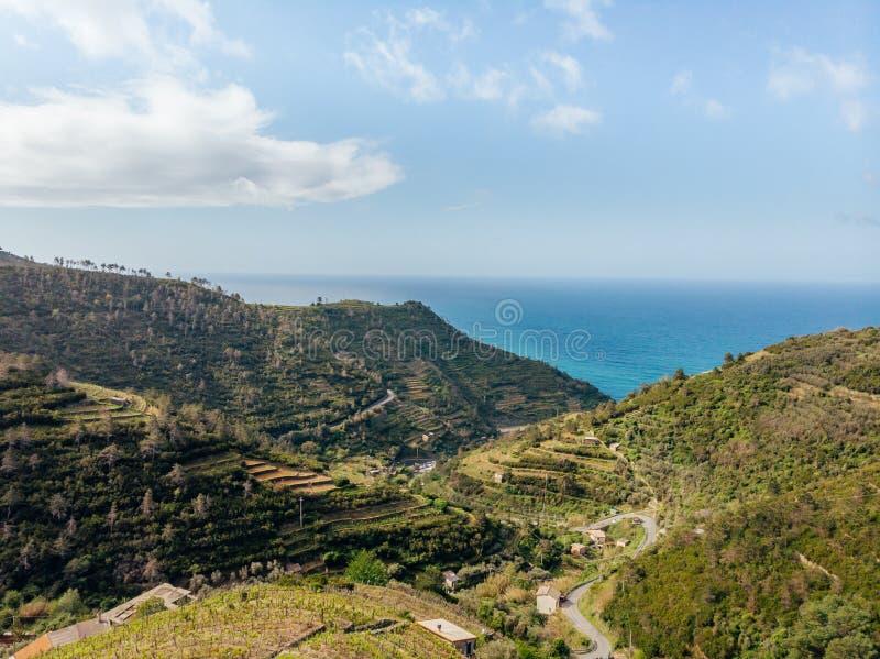 vista aérea del camino al mar entre las colinas verdes hermosas en Arezzo imagen de archivo libre de regalías