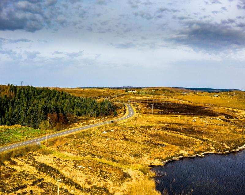 Vista aérea del camino a Dungloe al lado de na Leabhar de Mhin Leic del lago - el lago de Meenlecknalore - condado Donegal, Irlan imagenes de archivo