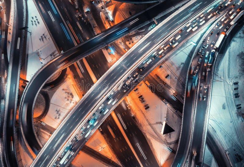 Vista aérea del camino en la ciudad moderna en la noche en invierno imagen de archivo libre de regalías