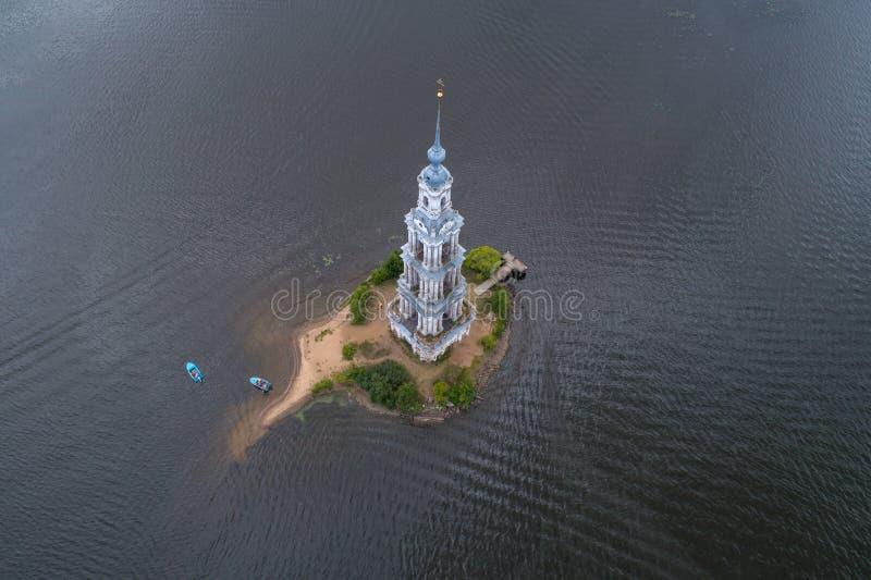 Vista aérea del campanario inundado de St Nicholas Cathedral Kalyazin, Rusia fotos de archivo