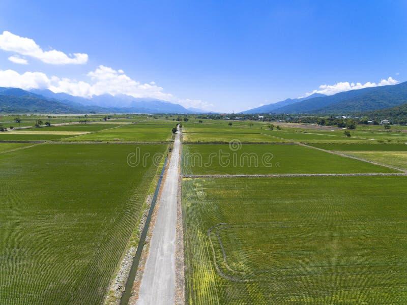 Vista aérea del campo con el pueblo imagen de archivo