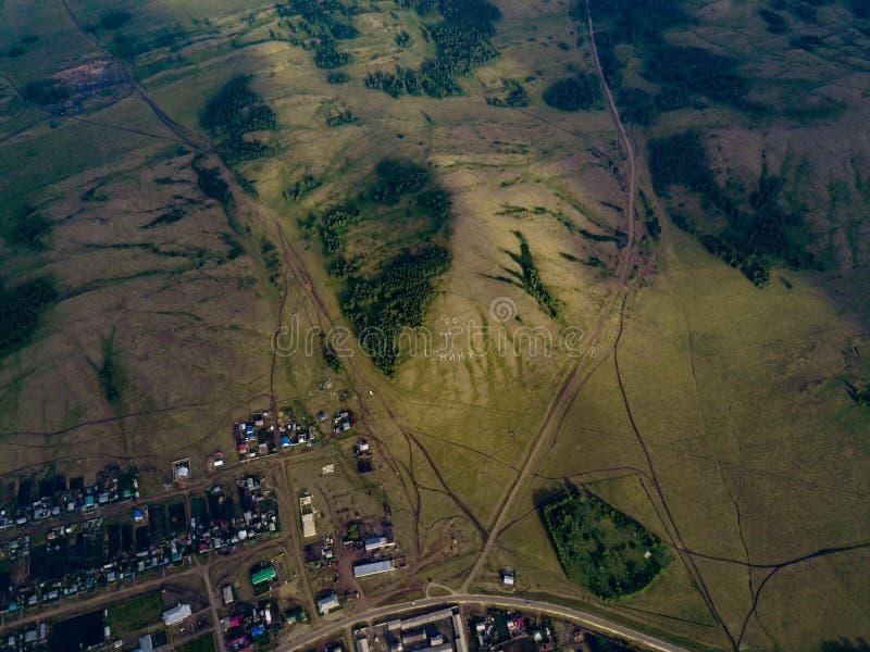 Vista aérea del campo con el texto enorme en la montaña imagen de archivo