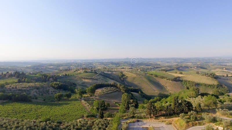 Vista aérea del campo hermoso en la oscuridad, Italia de Toscana fotografía de archivo libre de regalías
