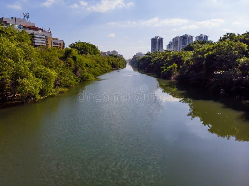 Vista aérea del canal de Marapendi en Barra da Tijuca en un día de verano Rascacielos residenciales altos en ambos lados, con foto de archivo