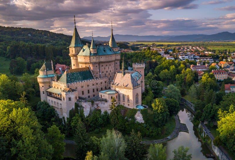 Vista aérea del castillo Bojnice, Europa Central, Eslovaquia LA UNESCO Luz de la puesta del sol imagenes de archivo