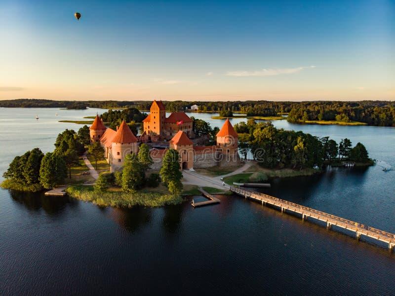 Vista aérea del castillo de la isla de Trakai, situada en Trakai, Lituania imagenes de archivo