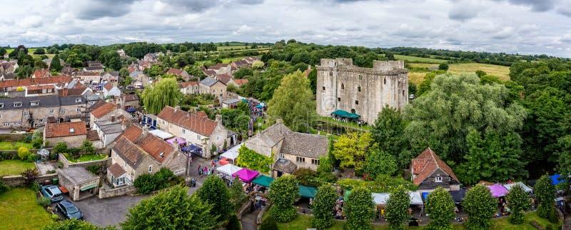 Vista aérea del castillo y de Nunney Fayre de Nunney en Nunney, Somerset, Reino Unido foto de archivo libre de regalías