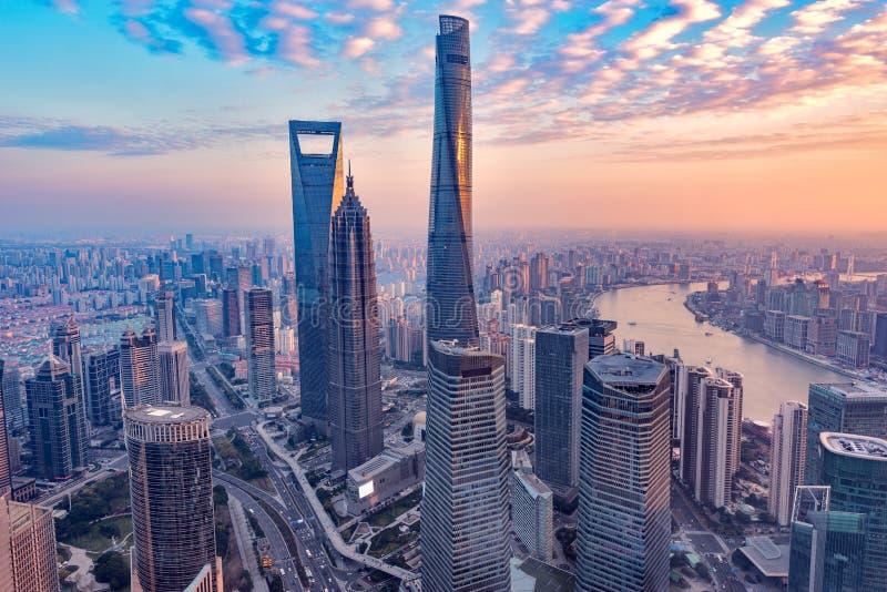 Vista aérea del centro de ciudad de Shangai en el tiempo de la puesta del sol imagenes de archivo