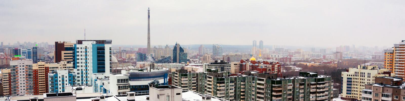 Vista aérea del centro de la ciudad en Ekaterimburgo, Rusia durante el día nublado fotografía de archivo