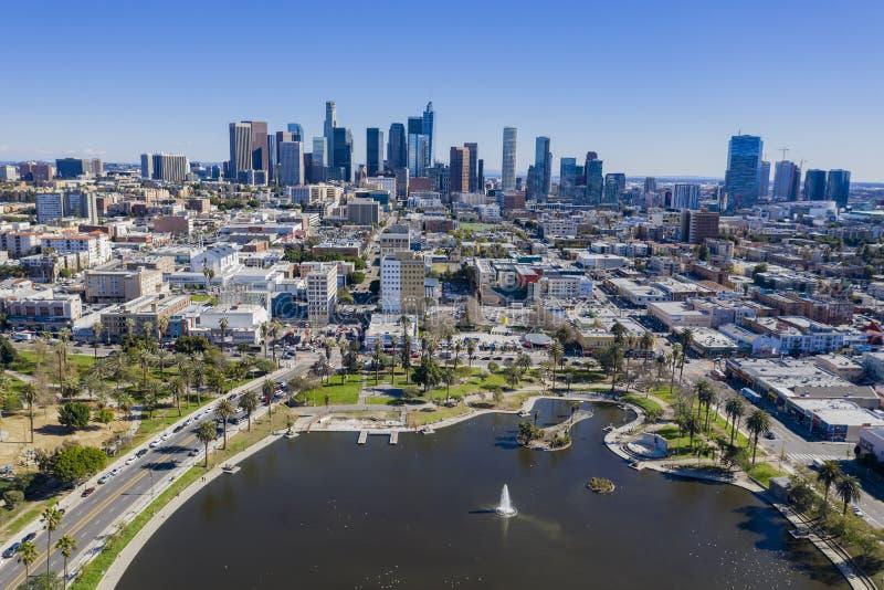Vista aérea del centro de la ciudad de Los Angeles con el lago del oeste imágenes de archivo libres de regalías