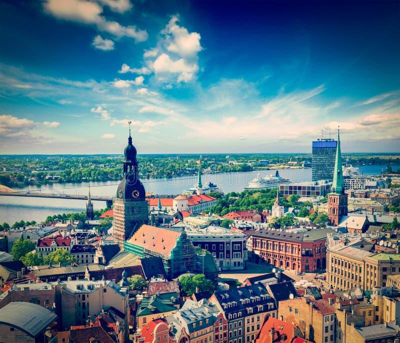 Vista aérea del centro de Riga de la iglesia de San Pedro, Riga, Letonia fotografía de archivo libre de regalías