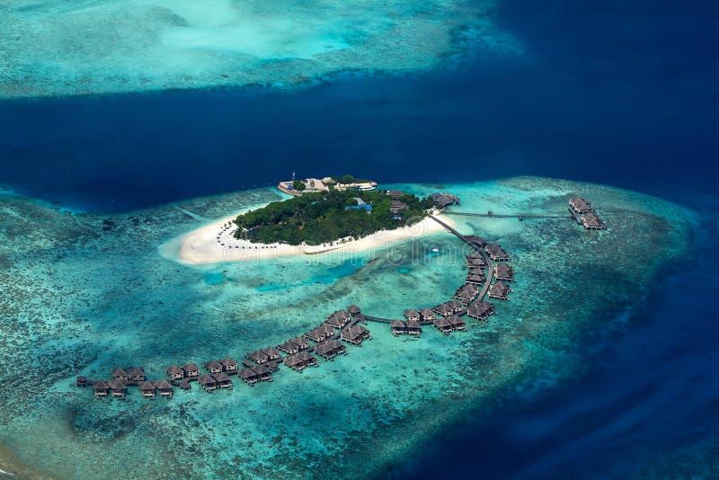Vista aérea del centro turístico isleño tropical de Maldivas del paraíso con el fondo del turismo del océano de los azules t imagenes de archivo