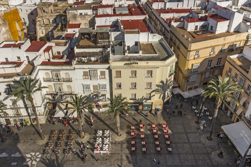 Vista aérea del comedor al aire libre en la plaza de la catedral de Cádiz foto de archivo libre de regalías
