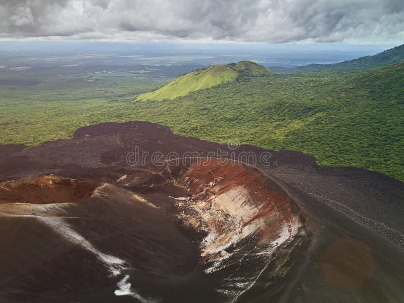 Vista aérea del cráter del volcán imágenes de archivo libres de regalías