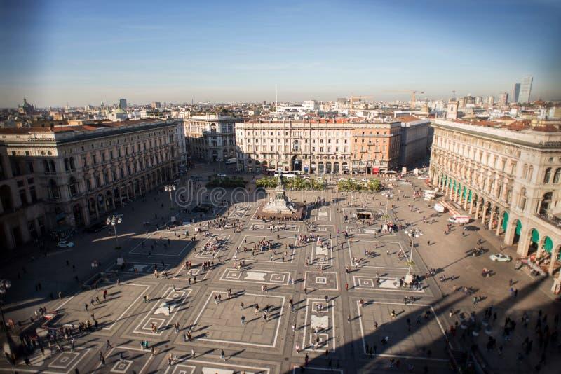 Vista aérea del cuadrado del tejado de Cathedral famosa Duomo di Mil imagenes de archivo