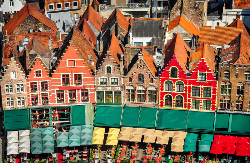 Vista aérea del cuadrado y de casas coloridos en Brujas foto de archivo