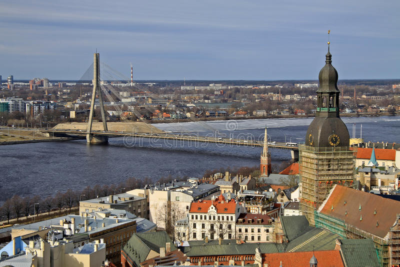 Vista aérea del Daugava de Riga y del río de la iglesia de San Pedro, Riga, Letonia fotos de archivo