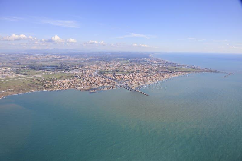 Vista aérea del delta y del mar Mediterráneo del río de Tíber en Roma i fotos de archivo