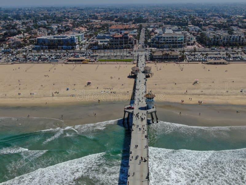 Vista aérea del embarcadero, de la playa y de la costa costa de Huntington imagenes de archivo
