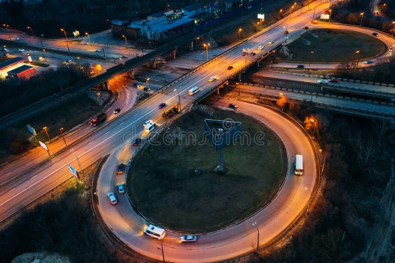 Vista aérea del empalme del transporte, de los caminos de ciudad del asfalto y de los intercambios, visión superior desde el abej imagen de archivo libre de regalías