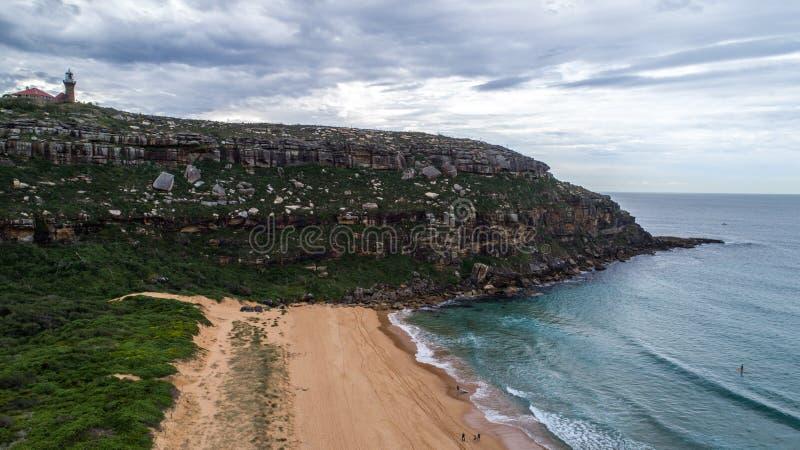 Vista aérea del faro de Barrenjoey encima del promontorio en el Palm Beach, Sydney Australia foto de archivo