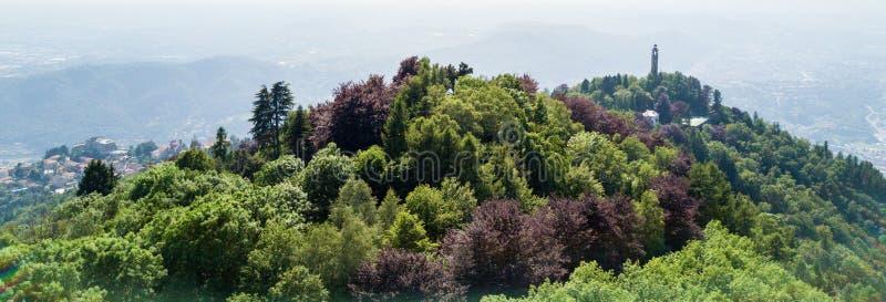 Vista aérea del faro de Voltiano de Brunate Lago Lombardía, Italia Como fotos de archivo