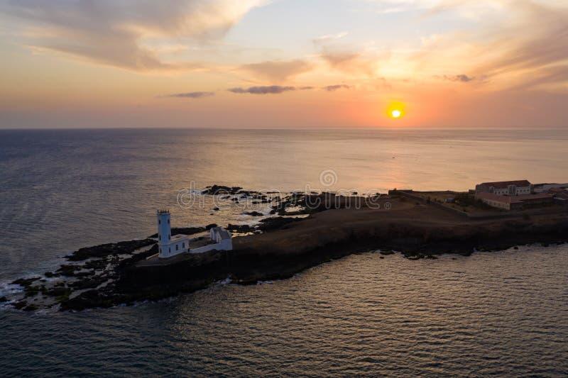 Vista aérea del faro Praia Dona De Maria Pia en Santiago - Capital de las Islas Cabo Verde - Cabo Verde foto de archivo libre de regalías