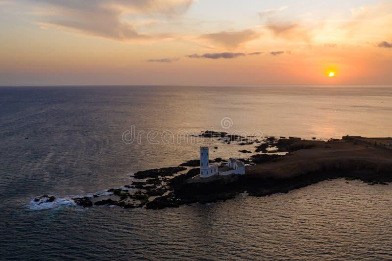 Vista aérea del faro Praia Dona De Maria Pia en Santiago - Capital de las Islas Cabo Verde - Cabo Verde fotos de archivo libres de regalías