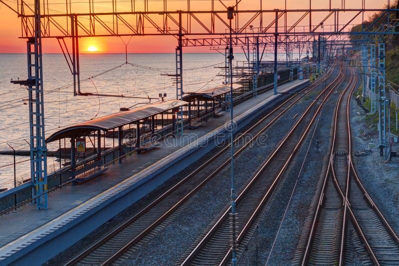 Vista aérea del ferrocarril en la puesta del sol foto de archivo
