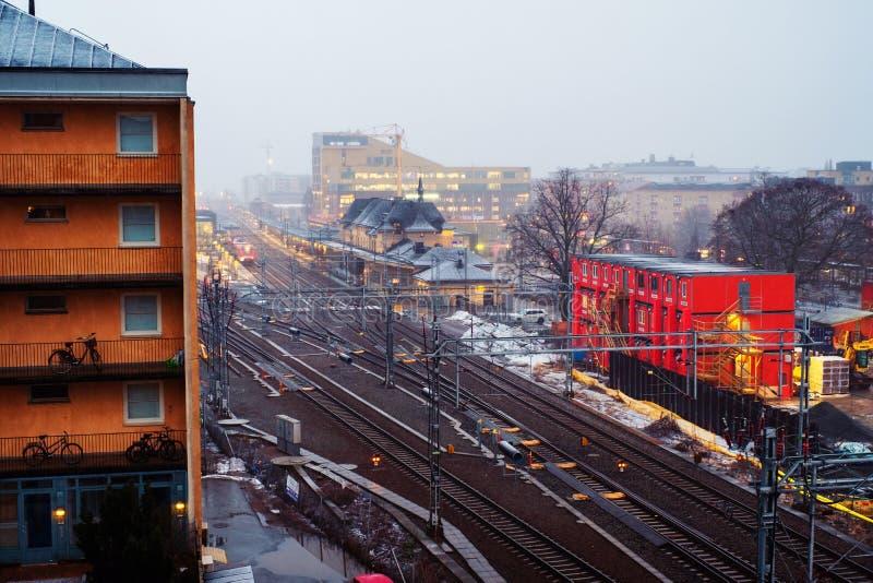Vista aérea del ferrocarril en Uppsala, Suecia en la puesta del sol fotografía de archivo libre de regalías