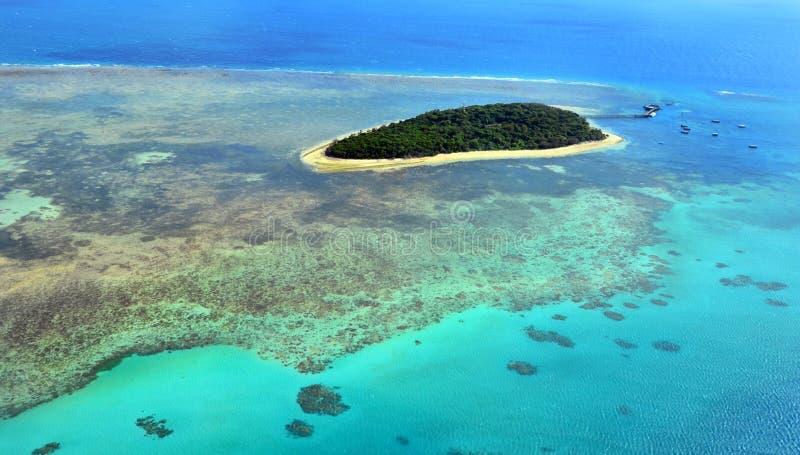 Vista aérea del filón verde de la isla en la reina de la gran barrera de coral imagenes de archivo