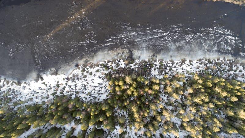 Vista aérea del gran lago durante día de primavera con nieve fotos de archivo