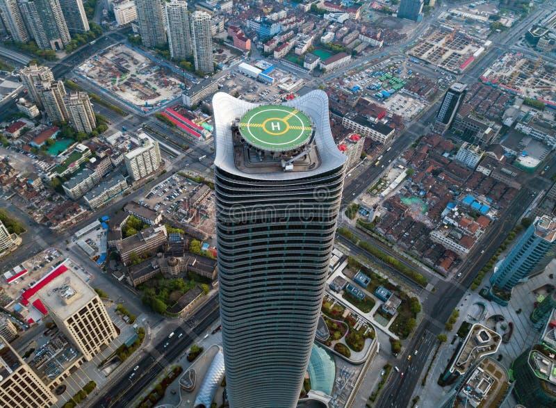 Vista aérea del helipuerto Cojín de aterrizaje del helicóptero en tejado en el rascacielos, edificio de oficinas de gran altura e fotos de archivo libres de regalías