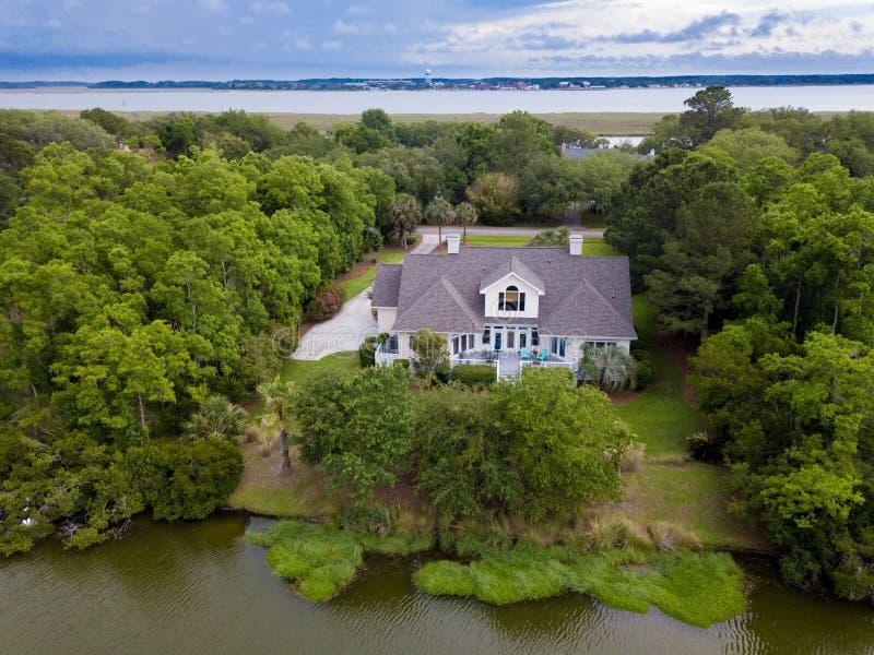 Vista aérea del hogar en propiedad enselvada imagenes de archivo