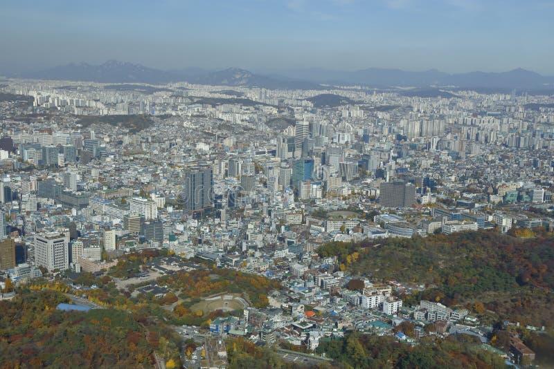 Vista aérea del horizonte Asia - visión de la Corea del Sur de Seul desde la cumbre de la torre de Seul - noviembre de 2013 fotografía de archivo libre de regalías