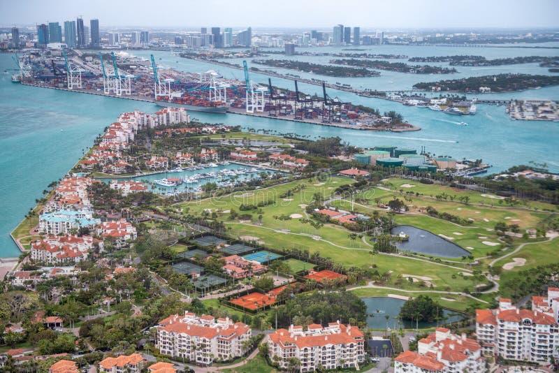 Vista aérea del horizonte de Fisher Island y de Miami, la Florida foto de archivo