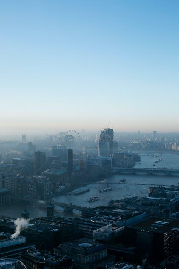 Vista aérea del horizonte de Londres en niebla fotografía de archivo libre de regalías