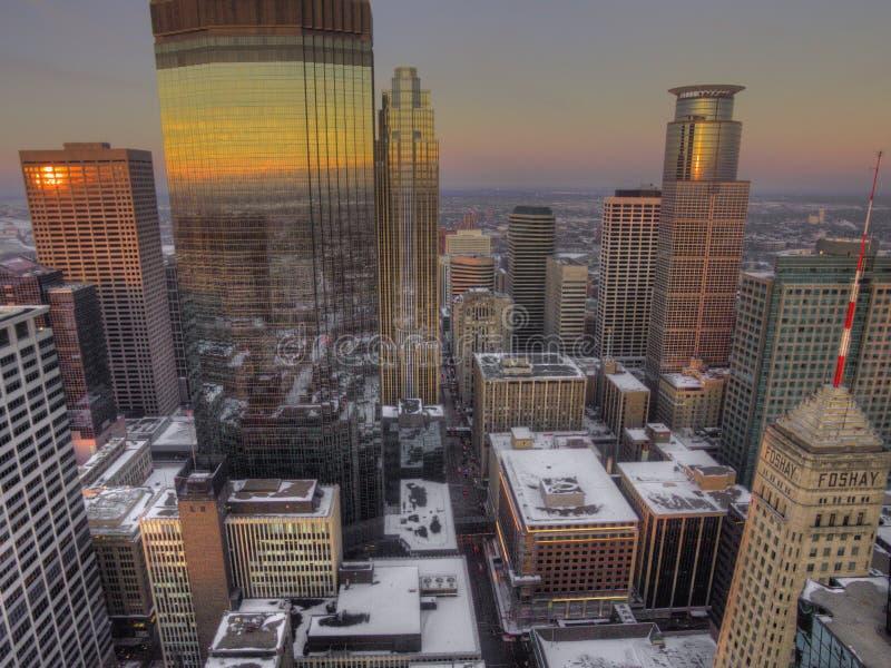 Vista aérea del horizonte de Minneapolis durante invierno imagenes de archivo