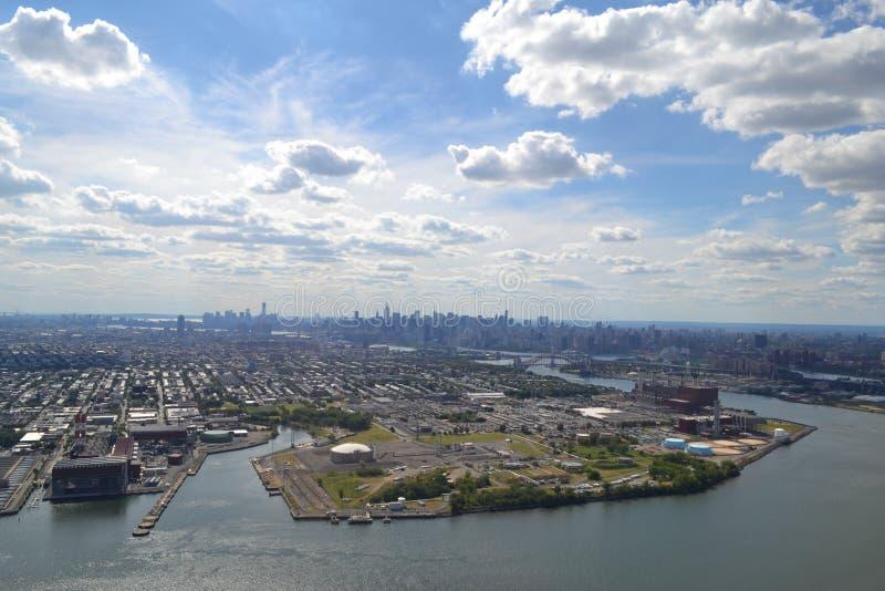 Vista aérea del horizonte de New York City de Hudson River en un día hermoso foto de archivo libre de regalías