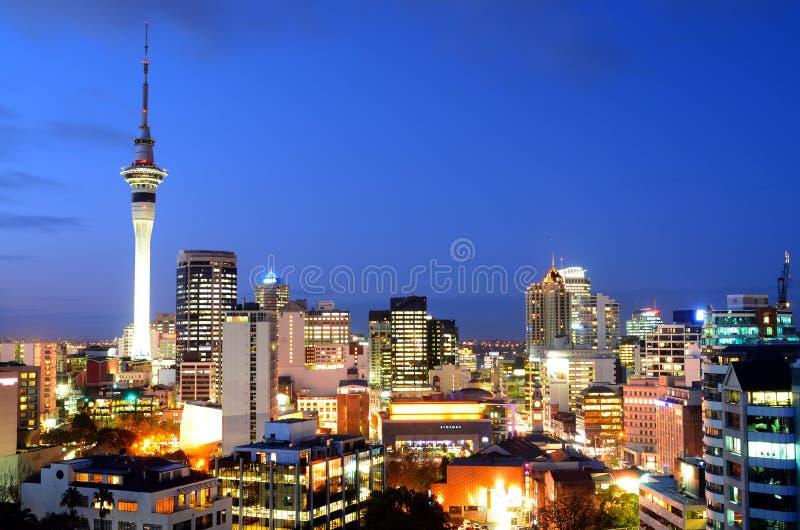 Vista aérea del horizonte del centro financiero de Auckland en la oscuridad fotografía de archivo libre de regalías