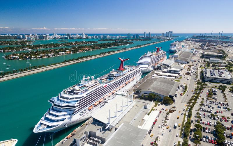 Vista aérea del horizonte del puerto y de la ciudad de Miami, la Florida imagenes de archivo
